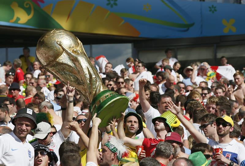 England supporters lift a mock World Cup trophy during the FIFA World Cup 2014 group D. EFE