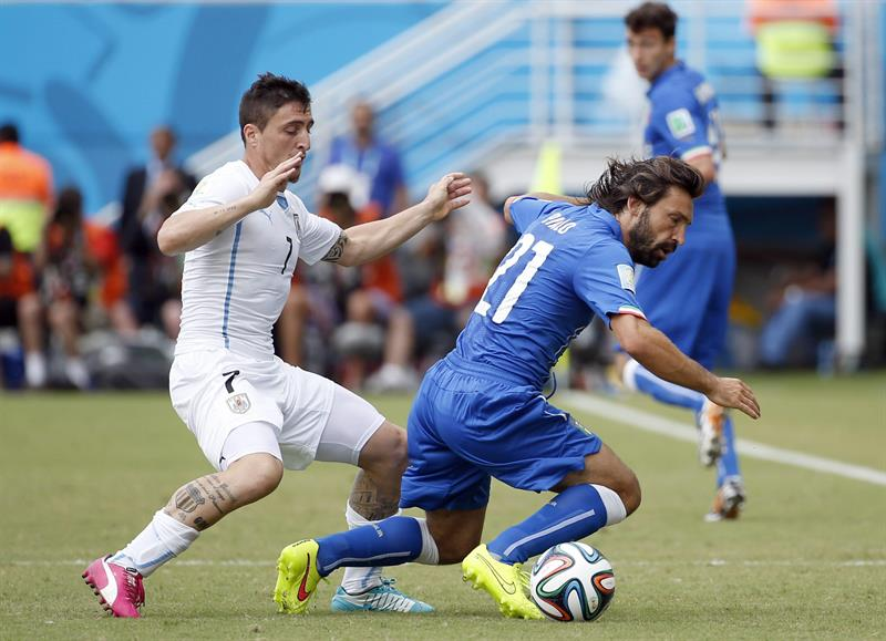 Uruguay's Christian Rodriguez (L) and Italy's Andrea Pirlo (R) vie for the ball during the FIFA World Cup 2014 group D. EFE