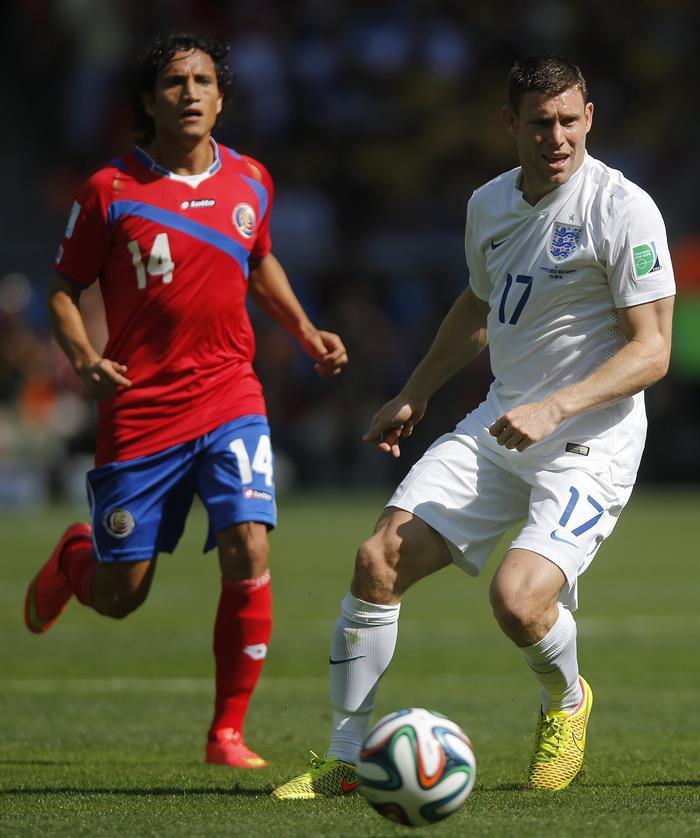 El centrocampista inglés James Milner (d) con el balón ante el delantero costarricense Randall Brenes (i). EFE