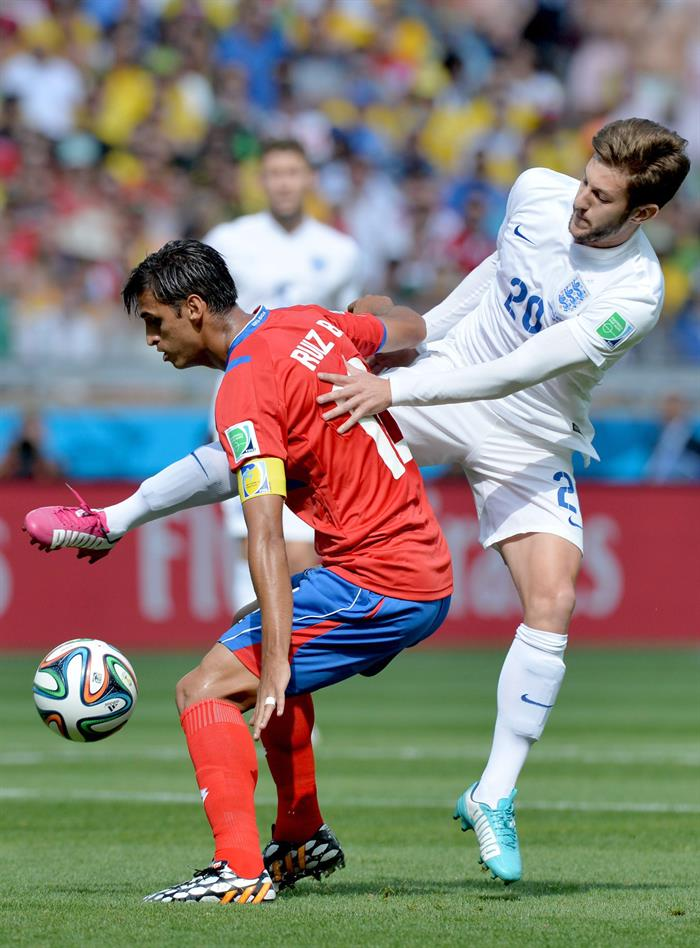 Bryan Ruiz (L) of Costa Rica vies with Adam Lallana of England during the FIFA. EFE