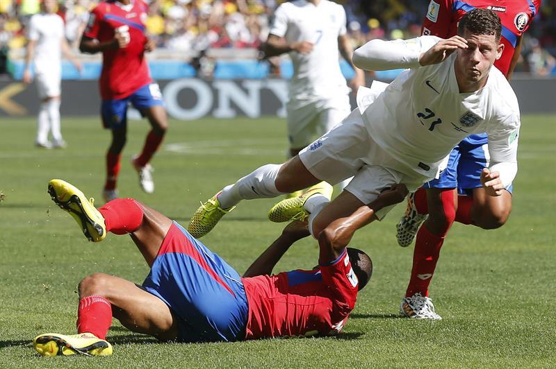 El centrocampista inglés Ross Barkley (d) cae ante el defensa costarricense Roy Miller (suelo). EFE