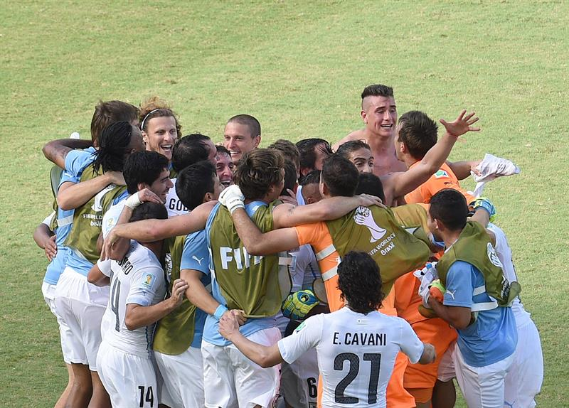 Uruguay players celebrate after winning the FIFA World Cup 2014 group D. EFE