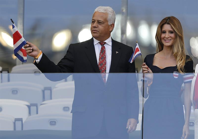 El embajador costarricense en Brasil, Víctor Monge Chacón (i), durante el partido. EFE