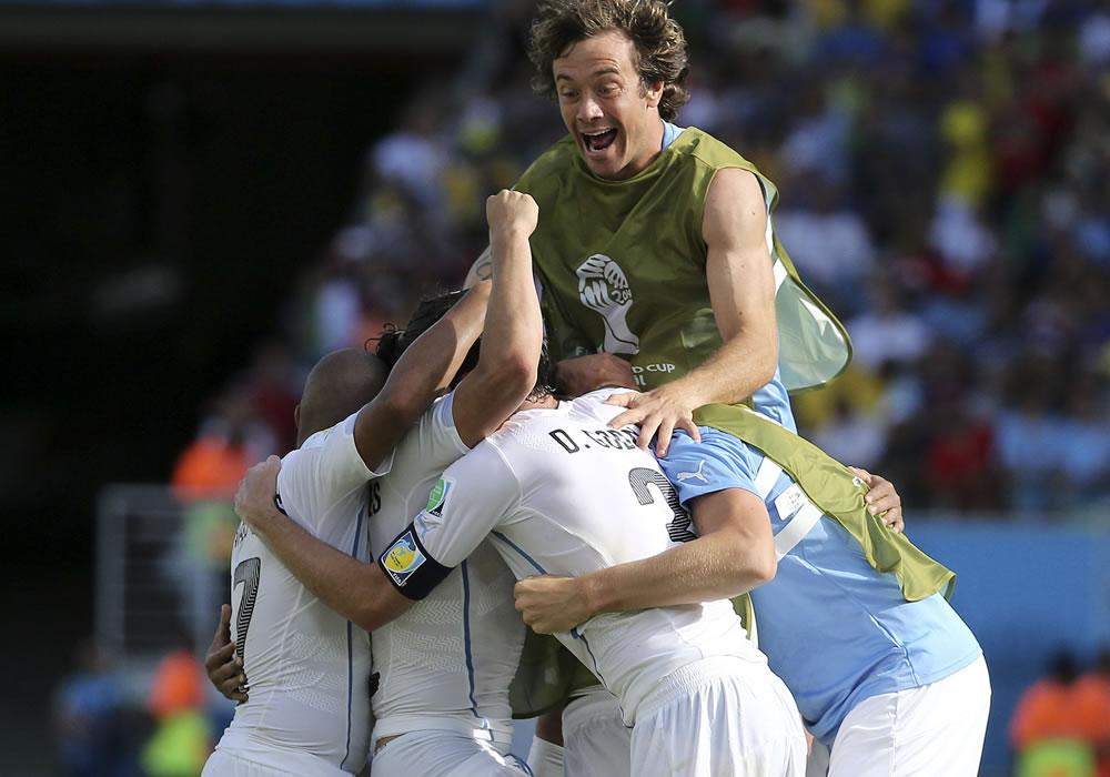 Otro gol salvador de Godín mete en octavos a Uruguay