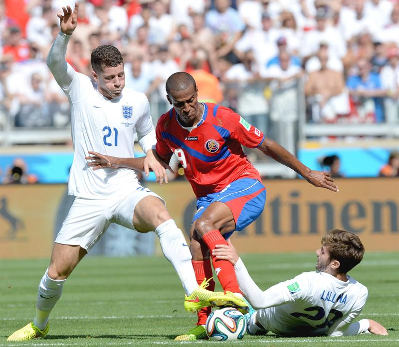 Roy Miller (C) of Costa Rica in action during the FIFA World Cup 2014 group D. Foto: EFE
