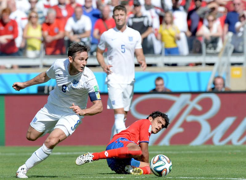 Frank Lampard (L) of England vies with Yeltsin Tejeda of Costa Rica during the.England. Foto: EFE