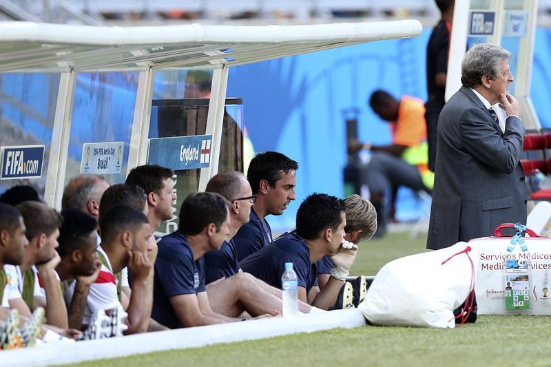 El entrenador de la selección inglesa Roy Hodgson (d) junto a sus jugadores, durante el partido. EFE