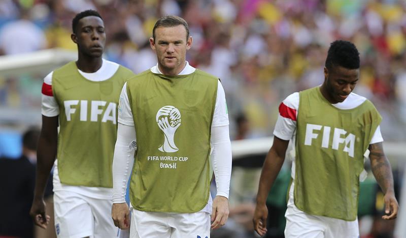 El delantero inglés Wayne Rooney (c), durante el partido Costa Rica-Inglaterra. EFE