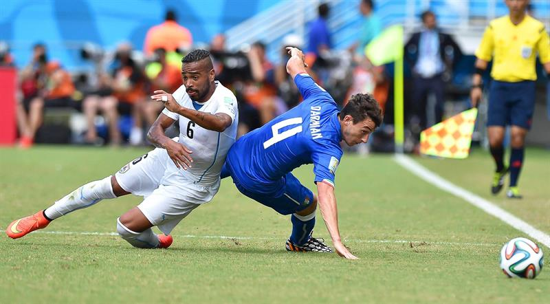 Italy's Matteo Darmian (R) in action against Uruguay's Alvaro Pereira (L) during the FIFA World Cup 2014 group D. EFE