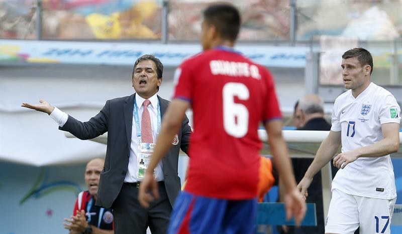 El entrenador de la selección costarricense, Jorge Luis Pinto (i), durante el partido. EFE