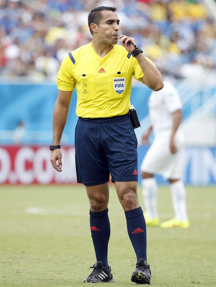 Mexican referee Marco Rodriguez blows the whistle during the FIFA World Cup 2014 group D. EFE