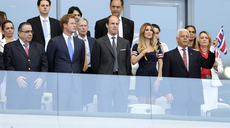 El Príncipe Enrique de Inglaterra entre otros, asiste al partido Costa Rica-Inglaterra. EFE