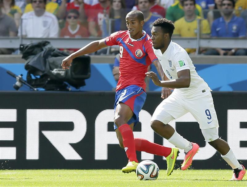Joel Campbell (L) of Costa Rica in action with Daniel Sturridge of England during. EFE