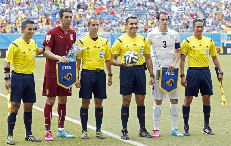 Mexican referee Marco Rodriguez (3-R), his compatriot assistants Marvin Torrentera (R) and Marcos Quintero (L), fourth official Mark W Geiger of USA (3-L). EFE