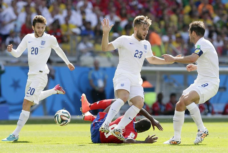 (L-R) Adam Lallana, Luke Shaw and Frank Lampard of England in action with Joel Campbell (bottom) of Costa Rica. EFE