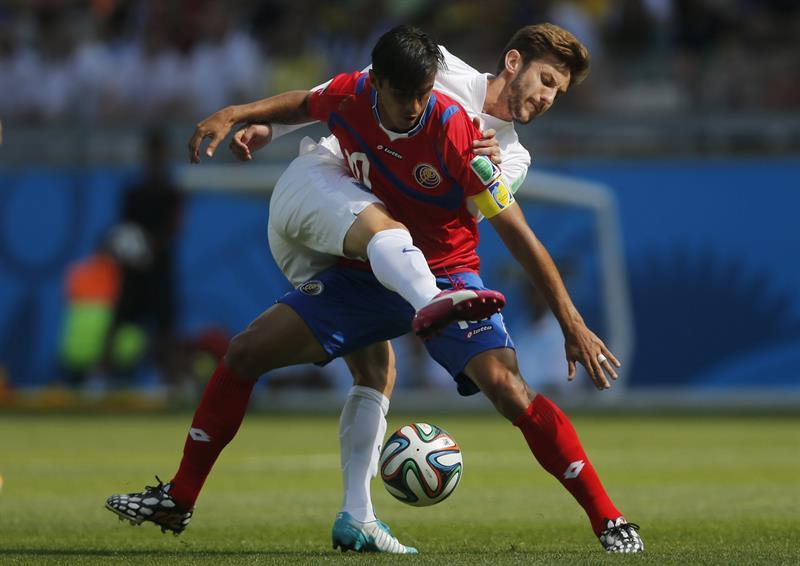 El delantero costarricense Bryan Ruiz (d) y el centrocampista inglés Adam Lallana, durante el partido. EFE