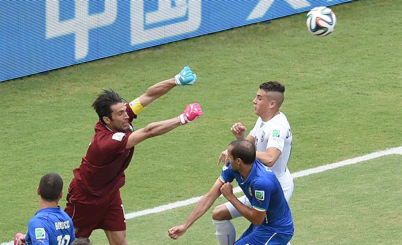 Goalkeeper Gianluigi Buffon of Italy makes a save during the FIFA World Cup 2014 group D. EFE