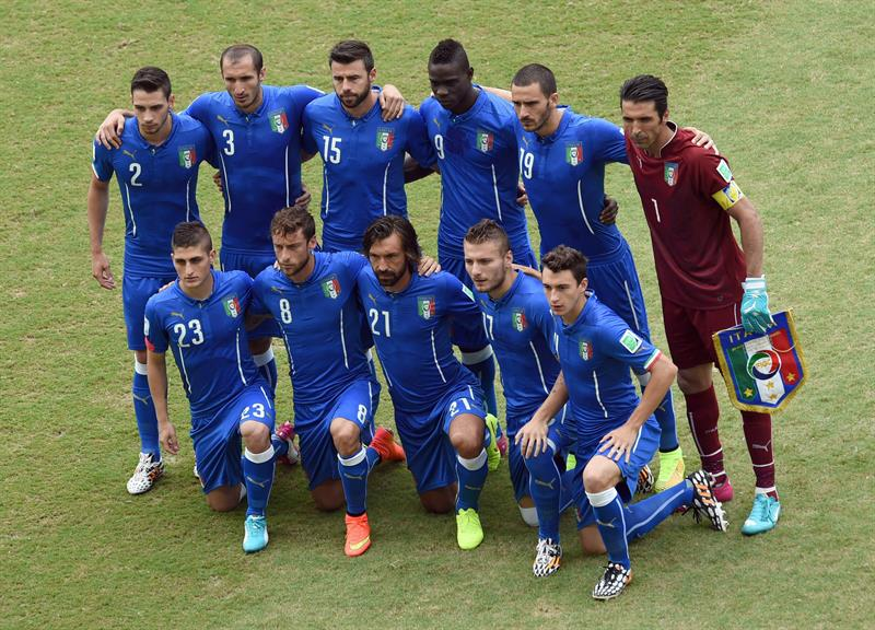 Italy team pose prior the FIFA World Cup 2014 group D. EFE