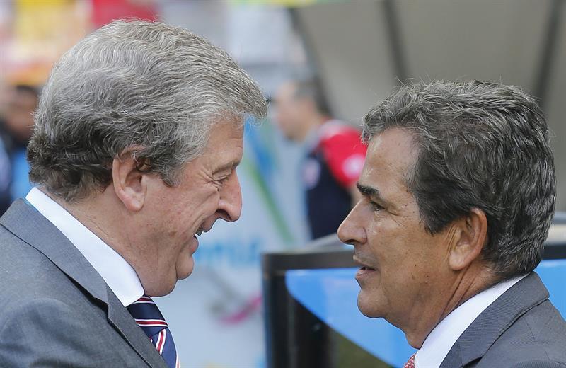 Los entrenador de la selección costarricense Jorge Luis Pinto (d) y de la selección inglesa Roy Hodgson (i) se saludan. EFE