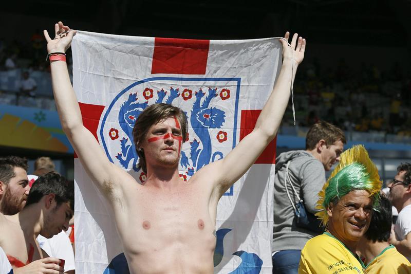 Aficionados británicos momentos antes del partido Costa Rica-Inglaterra. EFE