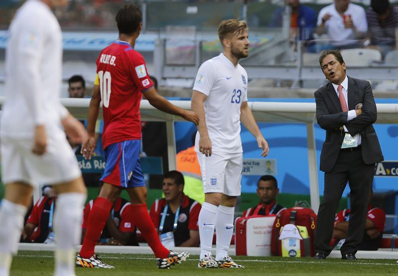 El defensa inglés Luke Shaw (c) junto al delantero costarricense Bryan Ruiz (i) y el entrenador de la selección costarricense Jorge Luis Pinto. EFE