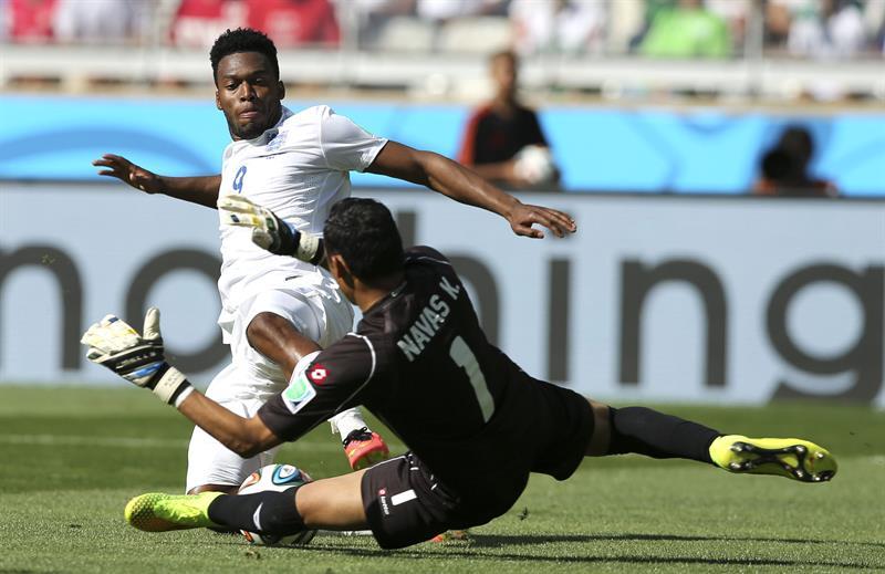 El guardameta costarricense Keylor Navas (d) ante el delantero inglés Daniel Sturridge (i). EFE