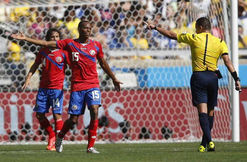 El árbitro argelino Djamel Haimoudi ante el defensa costarricense Junior Diaz (c) y delantero costarricense Randall Brenes (i). EFE