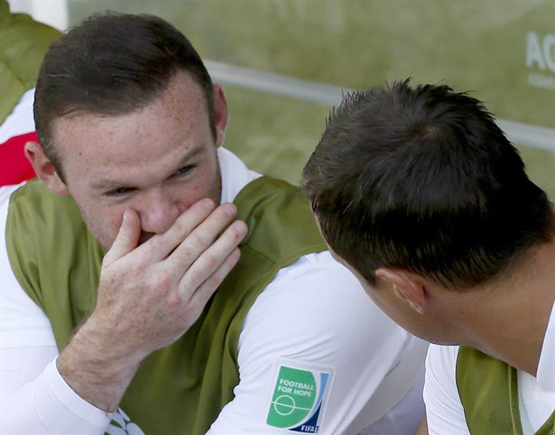 Wayne Rooney (L) of England on the bench during the FIFA World Cup 2014 group D. EFE