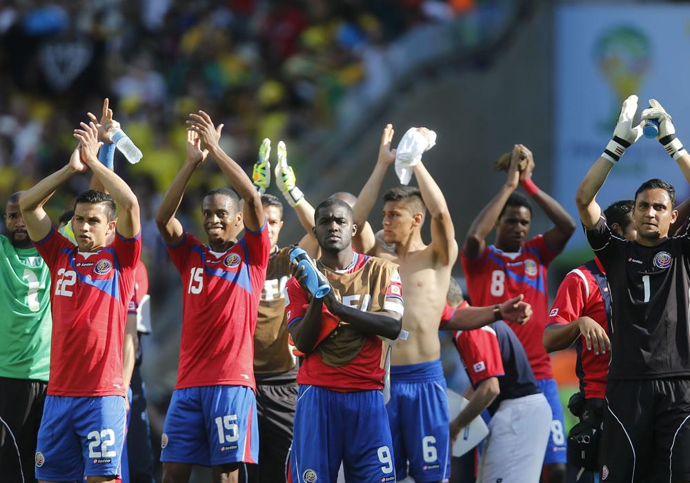 Los jugadores de la selección costarricense celebran el pase a la siguiente ronda al término del partido Costa Rica-Inglaterra. EFE