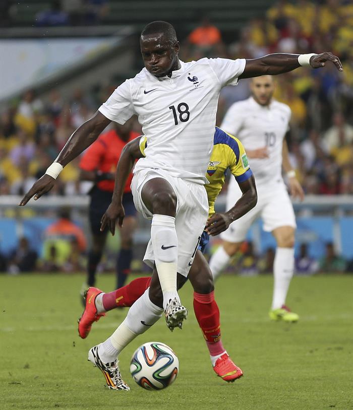 El centrocampista francés Moussa Sissoko (i) durante el partido Ecuador-Francia, del Grupo E del Mundial . EFE