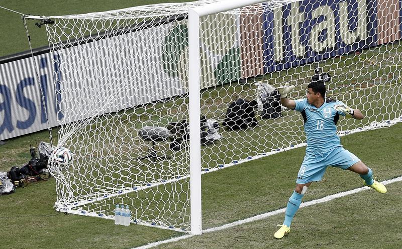 El guardameta hondureño Noel Valladares no puede detener el disparo del centrocampista suizo Xherdan Shaqiri. EFE