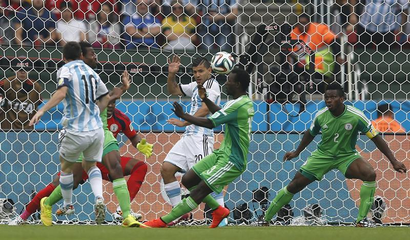 El delantero argentino Lionel Messi (i) lanza marcando gol ante Nigeria, el primero del equipo, durante el partido Nigeria-Argentina. EFE