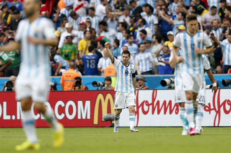 El delantero argentino Lionel Messi celebra el segundo gol marcado ante Nigeria, durante el partido Nigeria-Argentina. EFE