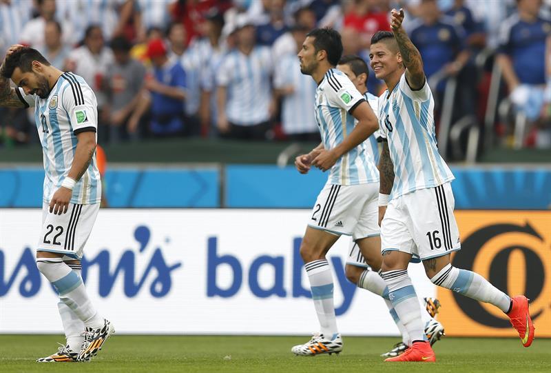 El defensa argentino Marcos Rojo (d) celebra el gol marcado ante Nigeria, el tercero del equipo. EFE