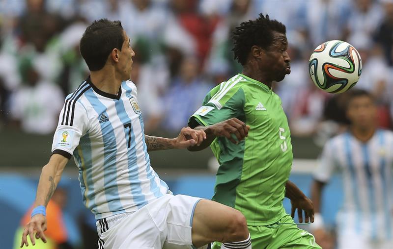 El defensa nigeriano Efe Ambrose (d) controla el balón ante el centrocampista argentino Ángel di María. EFE