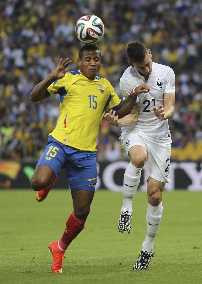 El centrocampista ecuatoriano Michael Arroyo (i) lucha un balón con el defensa francés Laurent Koscielny, durante el partido. EFE