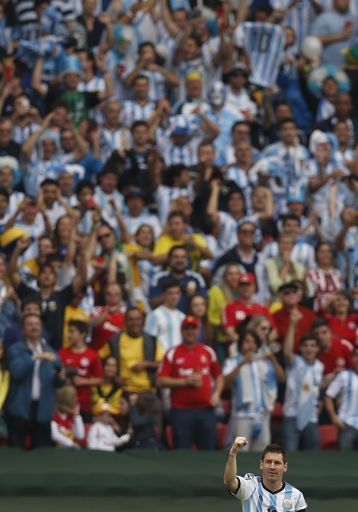 El delantero argentino Lionel Messi celebra el gol marcado a la selección nigeriana durante el partido Nigeria-Argentina. EFE