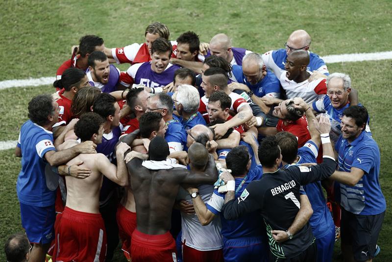 La selección suiza celebra su clasificación para la siguiente ronda al término del partido Honduras-Suiza. EFE
