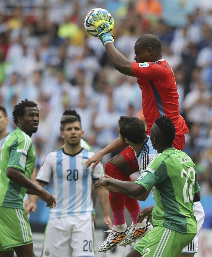 El guardameta nigeriano Vincent Enyeama (d) atrapa el balón ante el delantero argentino Gonzalo Higuaín (2d), durante el partido Nigeria-Argentina. EFE
