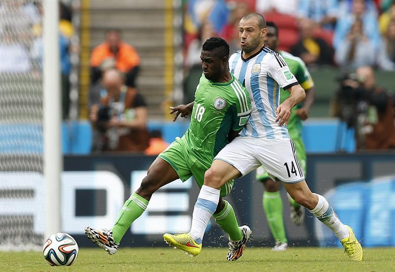 El delantero nigeriano Michael Babatunde (i) y el centrocampista argentino Javier Mascherano, durante el partido Nigeria-Argentina. EFE