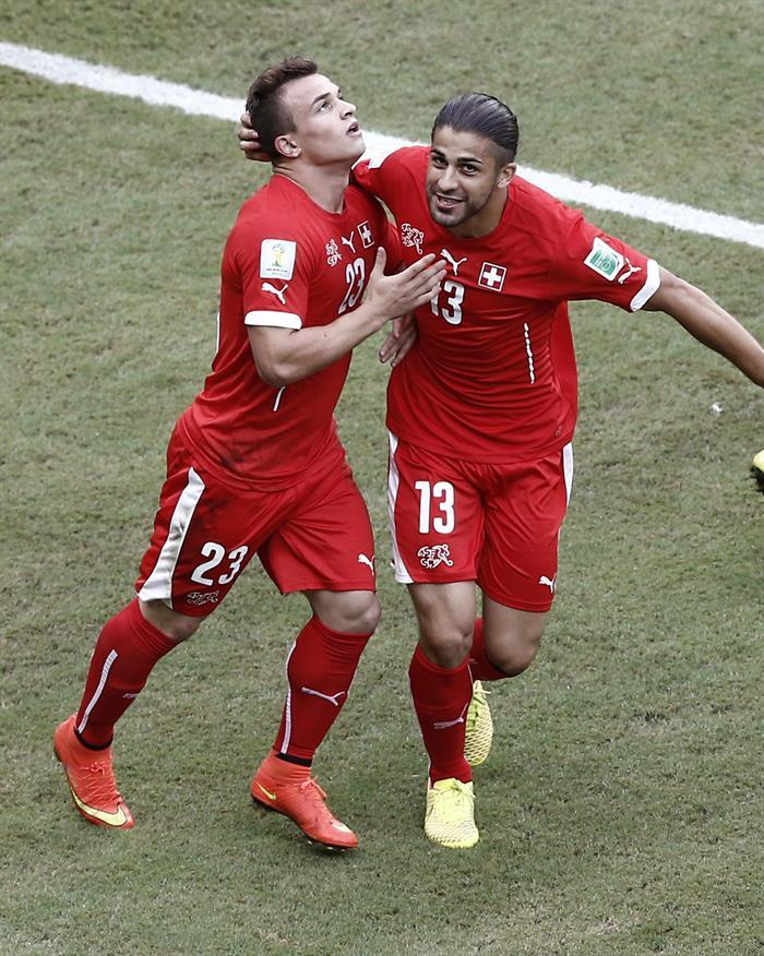 El centrocampista suizo Xherdan Shaqiri (i) celebra con su compañero Ricardo Rodríguez (d), el segundo gol marcado a la selección hondureña . EFE