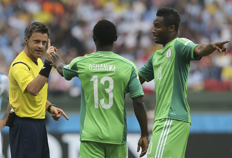 El árbitro italiano Nicola Rizzoli (i) ante los jugadores de Nigeria, Juwon Oshaniwa (c) y John Obi Mikel (d), durante el partido Nigeria-Argentina. EFE