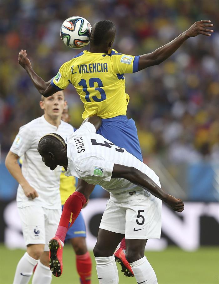 El delantero ecuatoriano Enner Valencia (arriba) lucha un balón con el defensa francés Mamadou Sakho (abajo). EFE
