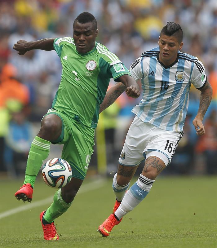 El delantero nigeriano Emmanuel Emenike (i) y el defensa argentino Marcos Rojo (d) , durante el partido Nigeria-Argentina. EFE