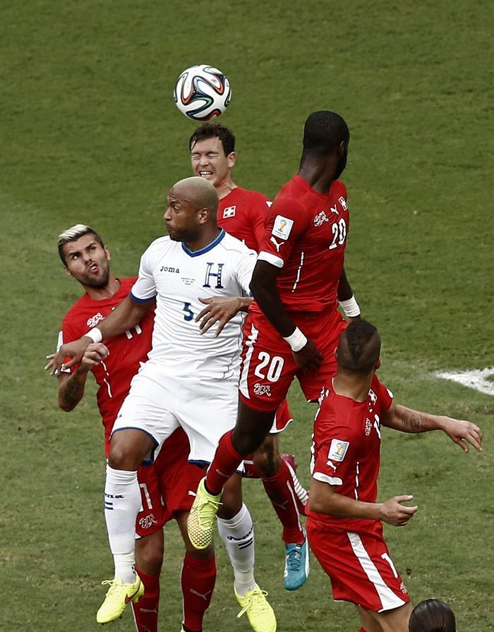 El defensa hondureño Víctor Bernárdez (2i) lucha un balón con el defensa suizo Johan Djourou (2d),. EFE