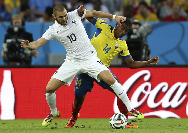 El delantero francés Karim Benzema (i) y el centrocampista ecuatoriano Oswaldo Minda (d). EFE