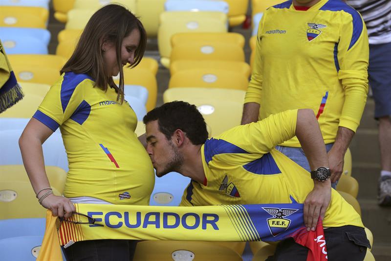 Aficionados de Ecuador antes del partido Ecuador-Francia, del Grupo E . EFE