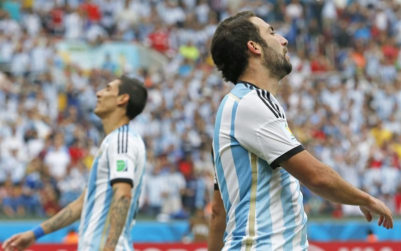 Argentina's Angel di Maria (L) and Gonzalo Higuain (R) react during the FIFA World Cup 2014 group F. EFE