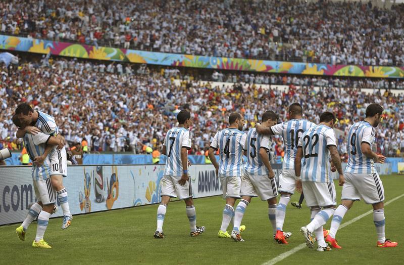 El delantero argentino Lionel Messi (2i) celebra con varios compañeros el segundo gol marcado a la selección nigeriana. EFE
