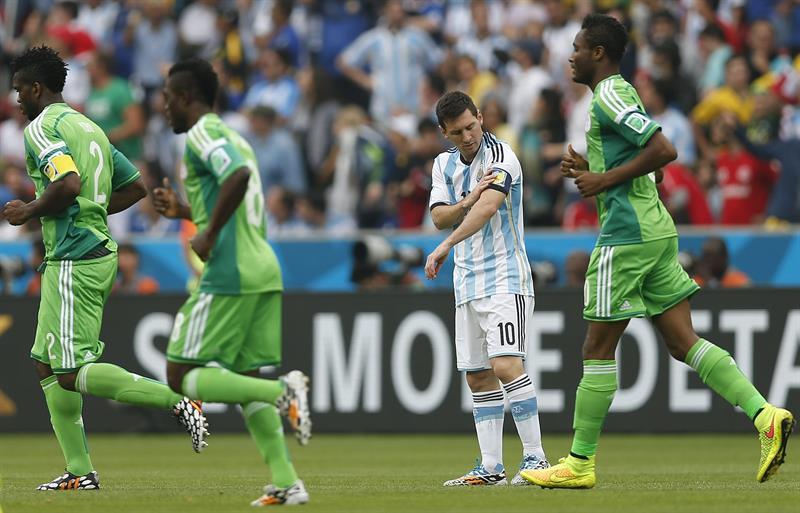 Los jugadores de Nigeria celebran el gol marcado por su compañero Ahmed Musa, ante Argentina. EFE